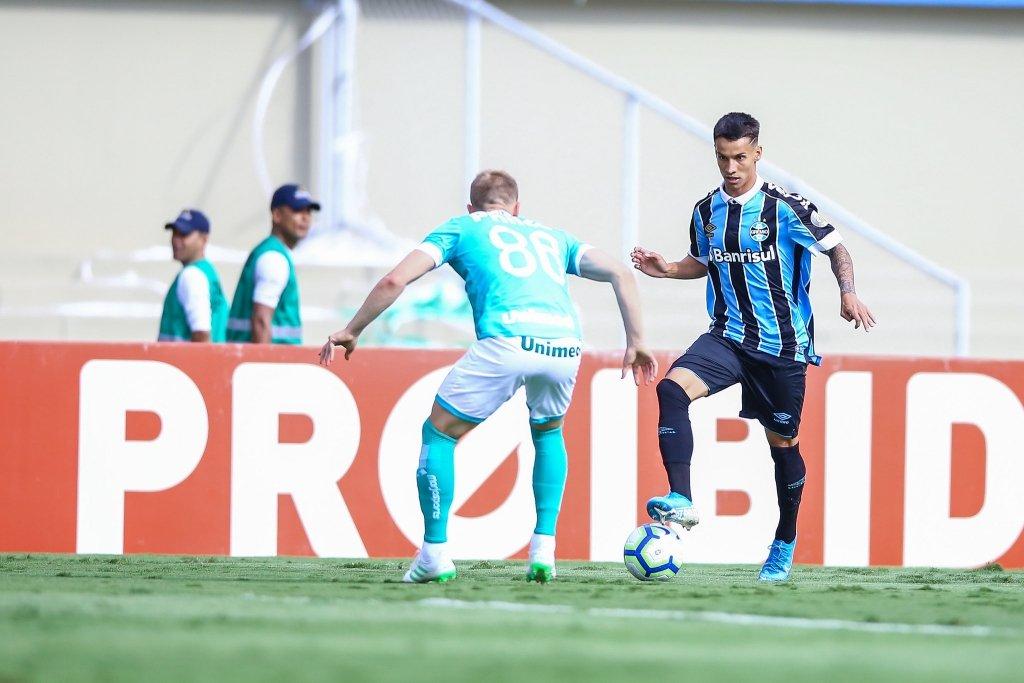 nova chance ao atacante Ferreira