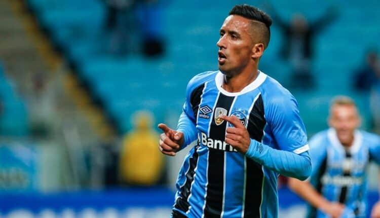 Atacante Lucas Barrios